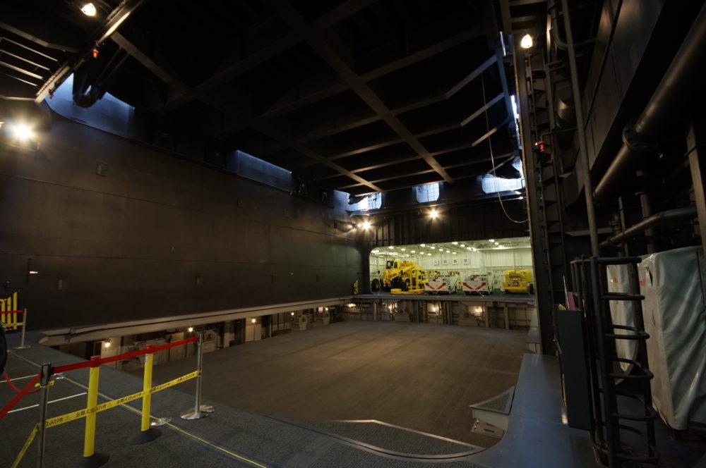 護衛艦 かが 前部エレベーター下部